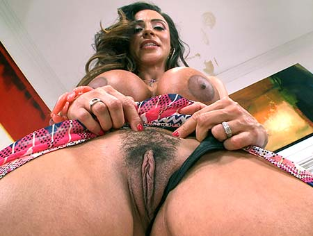 Milf creams her pussy